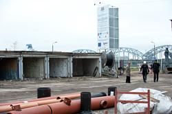 Spīķeru kvartāla rekonstrukcijas darbos atjauno tuneli, uzstāda margas gar Krasta ielu, izbūvē pakāpienus uz Daugavu