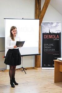 """Rīgas domes Pilsētas attīstības departamenta pārstāvji sveic studentus """"Demola Latvia"""" rudens sezonas atklāšanā."""